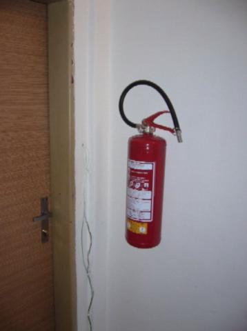 Nově nainstalované hasicí přístroje v uzamykatelných chodbičkách