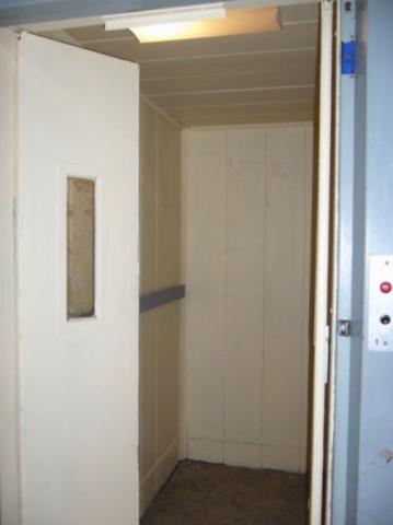 Základová barva ve výtahové kabině